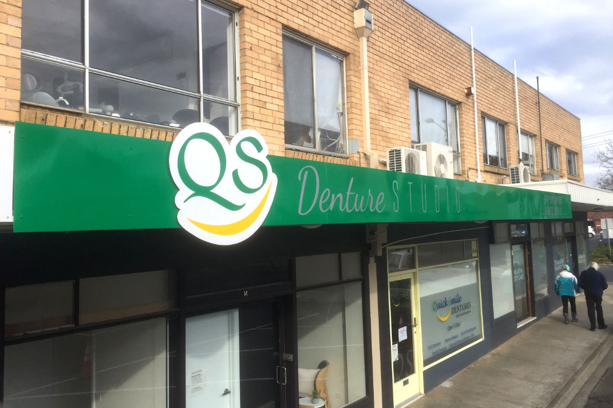 QS Dentures Leongatha building sign by Signspec 2